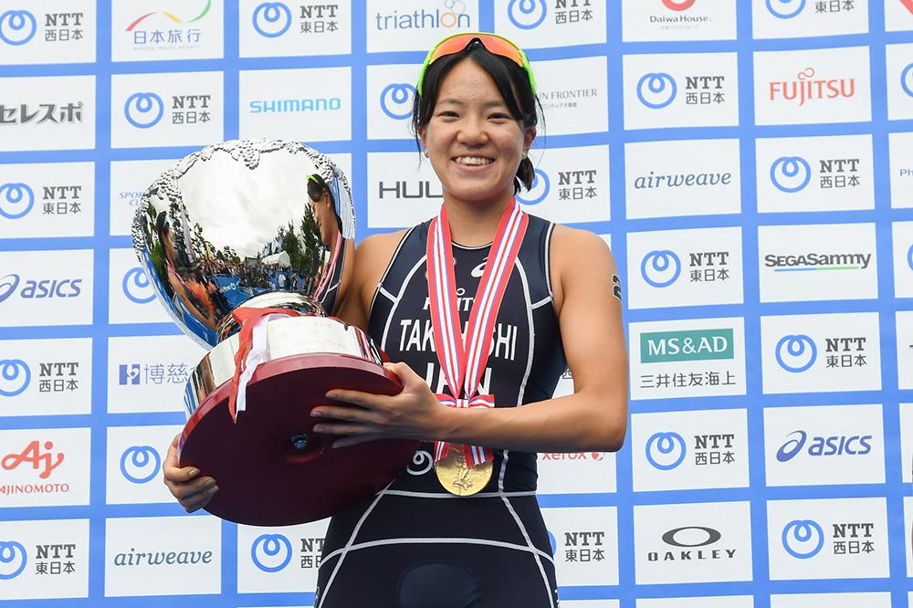 表彰台にて、日本トライアスロン選手権 優勝のトロフィーと共に